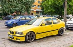 Gele auto voor verkoop Stock Afbeelding
