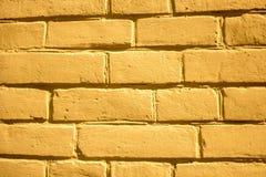 Gele bakstenen muurachtergrond voor ontwerpers stock foto's