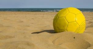 Gele bal op het zand Stock Afbeelding
