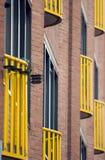 Gele balkons langs een bakstenen muur, Royalty-vrije Stock Foto's