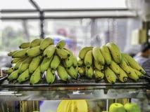 Gele banaan op de rug van duidelijk glaskabinet royalty-vrije stock foto's