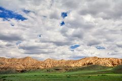 Gele bergen in de woestijn stock foto's