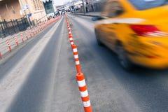 Gele bewegende taxiauto stock foto