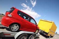 Gele bewegende vrachtwagen die een aanhangwagen trekt Stock Foto's