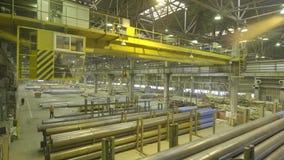 Gele Binnenkraan Het werk het hangen van een kraan bij de installatie voor de productie van pijpen stock footage