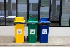 Gele, blauwe, groene bakken, trashcan Recyclingsbakken, Stock Fotografie