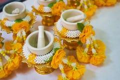 gele bloem voor beeld van budda Stock Foto's