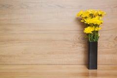 Gele bloemchrysant in vaas Stock Afbeelding