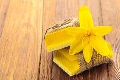 Gele bloemen met de hand gemaakte zeep Stock Afbeeldingen
