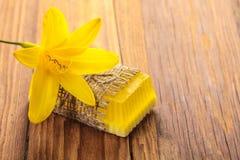 Gele bloemen met de hand gemaakte zeep Royalty-vrije Stock Foto