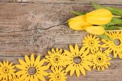 Gele bloemendecoratie op houten achtergrond Royalty-vrije Stock Foto's