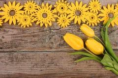 Gele bloemendecoratie op houten achtergrond Royalty-vrije Stock Fotografie