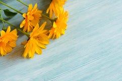 Gele bloemensamenstelling op houten achtergrond De lente, bithday Pasen, royalty-vrije stock fotografie