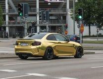 Gele BMW-auto in Oslo royalty-vrije stock afbeelding