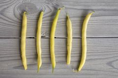 Gele bonen op een grijze houten lijst royalty-vrije stock afbeeldingen