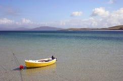 gele boot door het strand Stock Fotografie