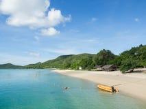 Gele boot op het overzees en de mooie hemelachtergrond Royalty-vrije Stock Afbeelding