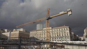 Gele bouwkraan in Napels stock videobeelden