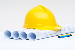 Gele bouwvakker en bouwplannen Stock Afbeelding