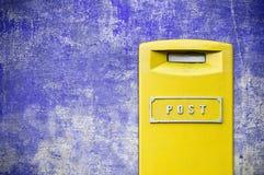 Gele brievenbus over grungeachtergrond Royalty-vrije Stock Fotografie