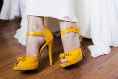 Gele bruidenschoenen Stock Foto