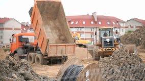 Gele bulldozer die aan bouwwerf werken stock videobeelden