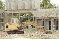 Gele bulldozer die op de bouwwerf wordt geparkeerd Stock Afbeelding
