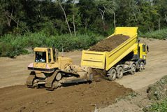 Gele bulldozer en stortplaatsvrachtwagen royalty-vrije stock foto