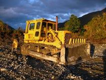 Gele bulldozer op een zonnige dag Stock Foto's
