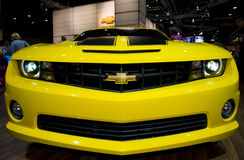 Gele camaro op auto toont Stock Foto