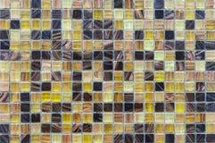 Gele ceramisch met witte vierkante schoten van de oppervlakte van heilige Thaise pagode Achtergrond en textuurtegelmoza?ek Tegelm royalty-vrije stock afbeelding