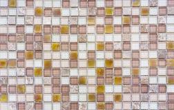 Gele ceramisch met witte vierkante schoten van de oppervlakte van heilige Thaise pagode Achtergrond en textuurtegelmoza?ek Tegelm stock fotografie