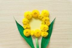 Gele chrysant op een houten achtergrond, beschikbare ruimte royalty-vrije stock afbeeldingen