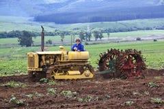 Gele Cintage Caterpillar die op Landbouwbedrijf worden aangetoond Royalty-vrije Stock Foto
