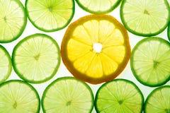 Gele citroen en groene kalkplakken stock foto