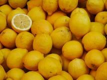 Gele citroenen bij de markt Stock Foto's