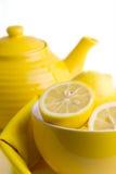 Gele citroenen in een kom dichtbij de theepot Stock Foto