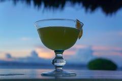Gele cocktail in overzeese zonsondergang royalty-vrije stock fotografie