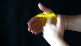 Gele de bokser wikkelt de verbanden na de strijd af stock footage