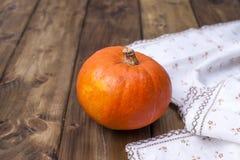 Gele de pompoen is groot voor Halloween en kokend verschillend voedsel, op een houten achtergrond Foto in de stijl van platteland stock afbeelding