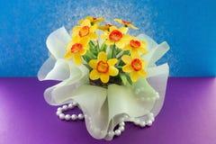 Gele decoratieve bloemen op een achtergrond Royalty-vrije Stock Foto's
