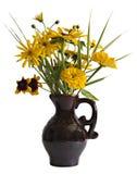 Gele decoratieve zonnebloemen in bruine aardewerkvaas Royalty-vrije Stock Afbeeldingen