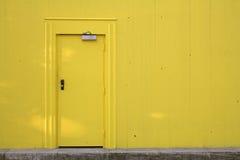 Gele deur en muur Stock Fotografie