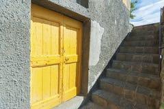 Gele deur en trap stock fotografie