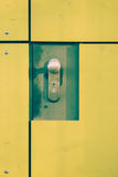 Gele deur met slot Stock Foto's