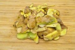 Gele die aardappels voor het koken worden gepeld Pel de aardappels stock afbeelding