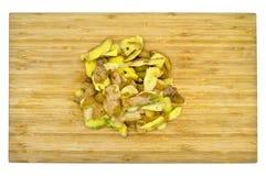 Gele die aardappels voor het koken worden gepeld Pel de aardappels royalty-vrije stock fotografie