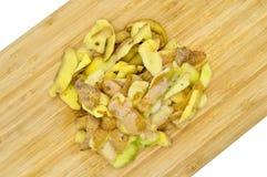 Gele die aardappels voor het koken worden gepeld Pel de aardappels stock foto