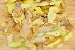 Gele die aardappels voor het koken worden gepeld Pel de aardappels royalty-vrije stock afbeelding