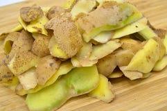 Gele die aardappels voor het koken worden gepeld Pel de aardappels royalty-vrije stock foto's